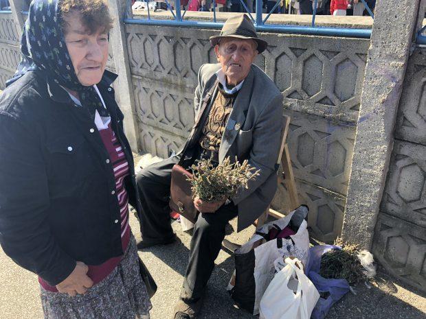 REPORTAJ: Moș Ioan Onofrei, veteranul cu 300 de lei pensie, obligat de foame să culeagă și să vândă flori / FOTO