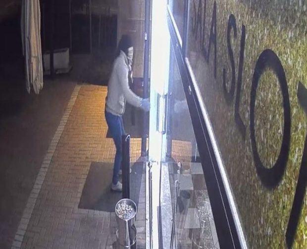 O româncă din Italia s-a luat la bătaie cu un hoț care jefuia barul unde ea lucrează