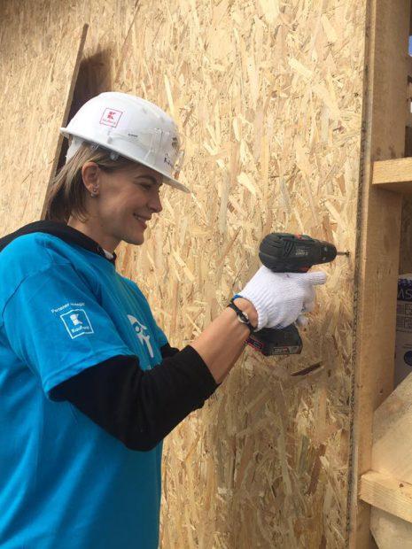 Roxana Ciuhulescu a construit case pentru nevoiași, înainte de nuntă! Pentru duminică și-a comandat tort în formă de mașină