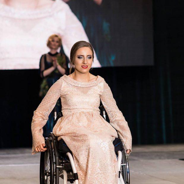 """VIDEO EXCLUSIV/ Tinere imoblizate în scaune cu rotile au defilat la Atipic Beatuy Gala. """"Evenimentul ne dă aripi să zburăm, nu să mergem"""""""
