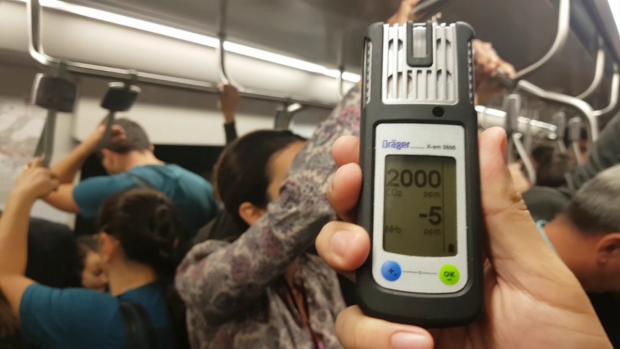 Nivelul de dioxid de carbon (CO2) din vagonul de metrou a atins pragul de 2000ppm, în condiţiile în care specialiştii recomandă ca în spaţiile închise acesta să nu treacă de 1000ppm