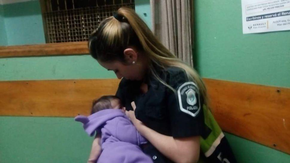 Imagine cât o mie de cuvinte. O polițistă a alăptat un bebeluș străin la secție