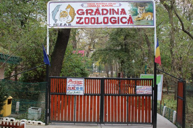 Intrarea de la Grădina Zoologică din Bârlad (FOTO - primariabarlad.ro)