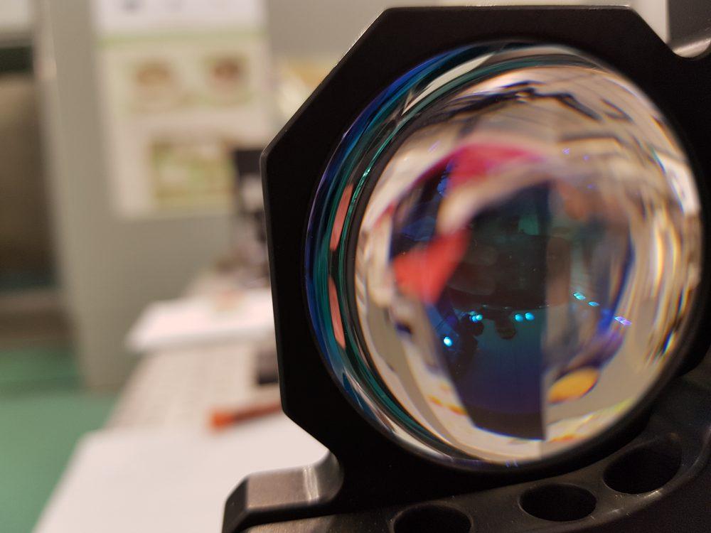 Laserul de la Măgurele este format atât dintr-un mecanism ce propagă o rază de lumină de mare putere, cât şi din oglinzi şi lupe care o propagă şi o amplifică
