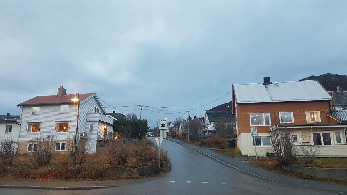 Comuna fără poliție unde locuiesc 400 de români. Imagine cu o stradă din Skjervoy