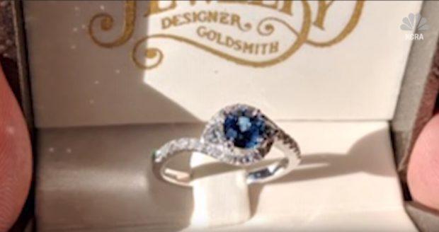 A găsit inelul de logodnă în casa părinților, făcută scrum de incendiile din California. Dovada dragostei nu a fost distrusă de foc / VIDEO