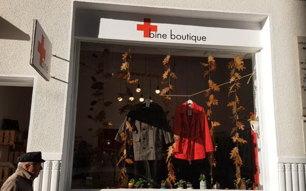 REPORTAJ/ Mai bine vinzi un costum Armani, decât să-l donezi sinistraților. Bine Boutique, primul magazin social al Crucii Roșii - VIDEO