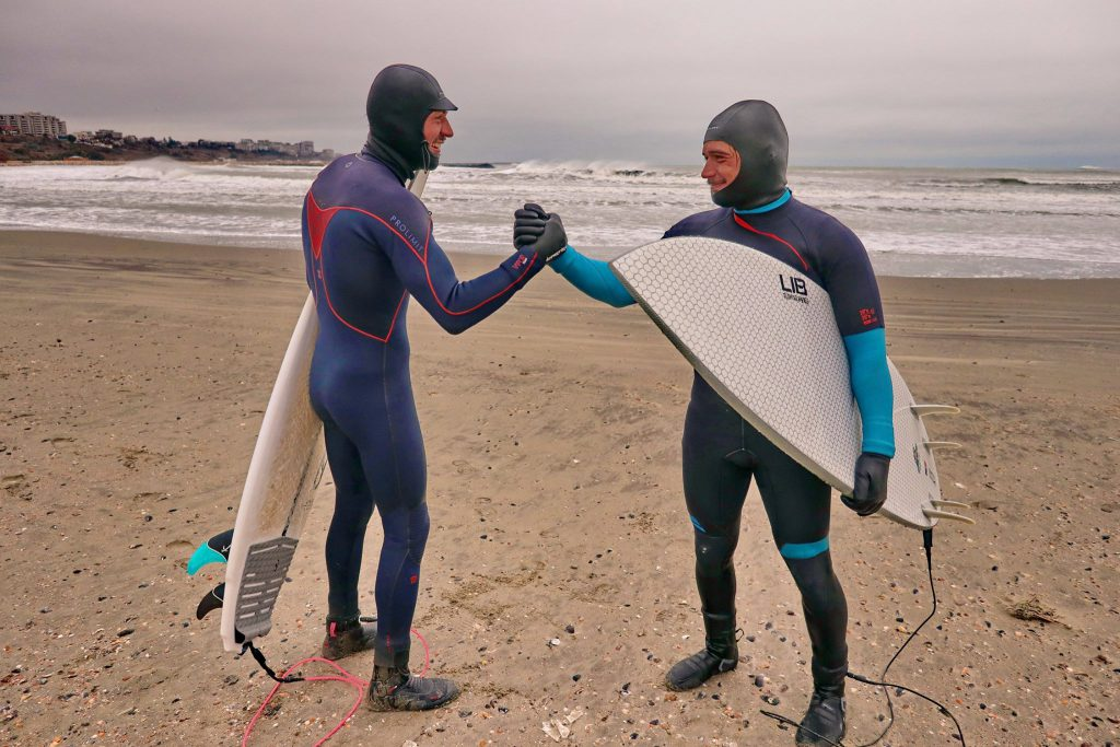Deși iubitul Alexandrei Stan locuiește în însorita Californie, iarna vine acasă să facă baie în Marea Neagră