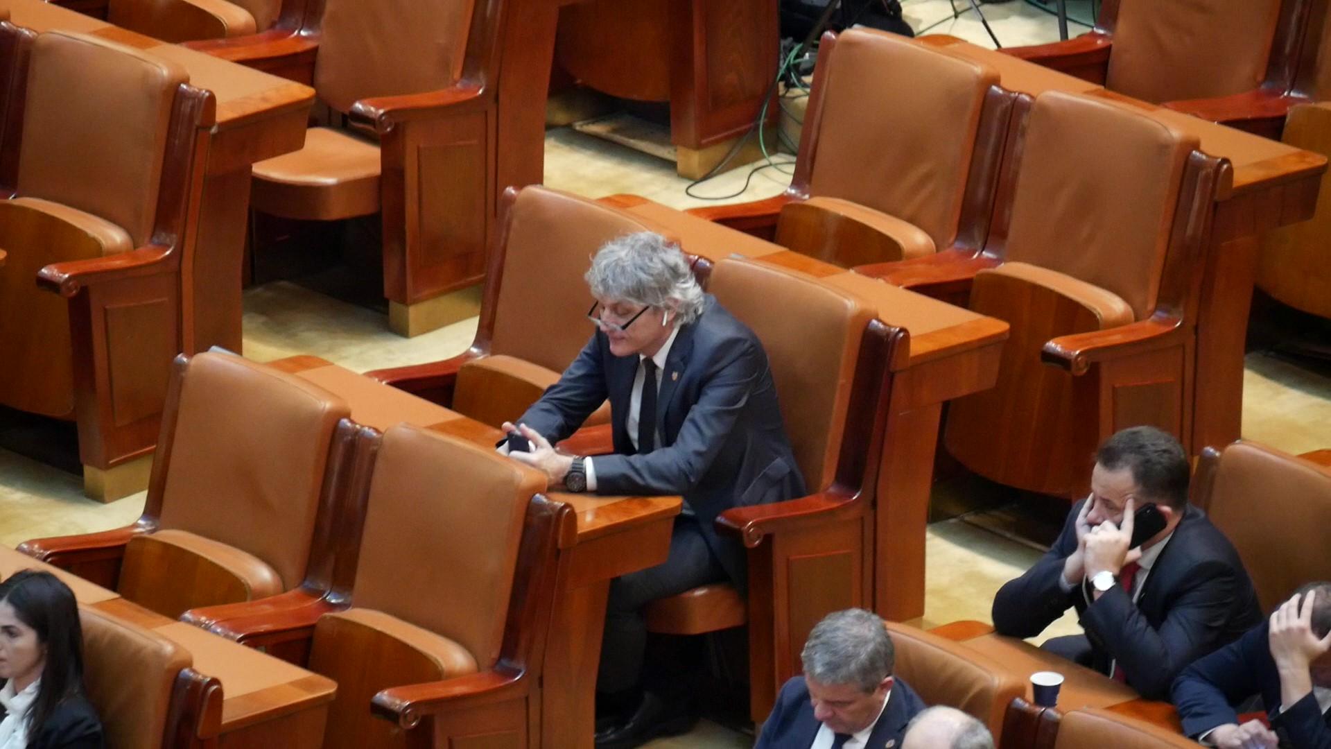 Parlamentarul social-democrat Liviu Brăiloiu se uită pe telefon în timpul Şedinţei solemne de Centenar