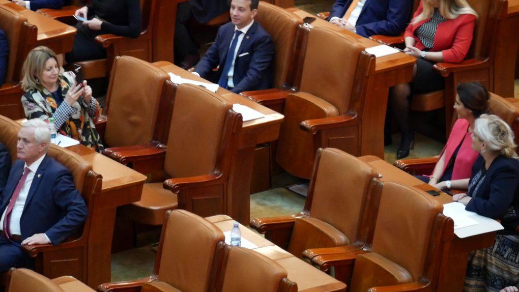 """VIDEO/ GameLand în Parlament! Şedinţa solemnă de Centenar, marcată de aleși cu jocuri pe telefon, poze şi muzică în căşti.Reacţia unui senator filmat distrându-se: """"Aşa, şi?"""""""
