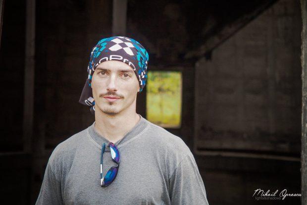 Flaviu Cernescu s-a plimbat cu bicicleta pe funicularul din Reșița. Risca oricând să cadă de la zeci de metri înălțime / VIDEO
