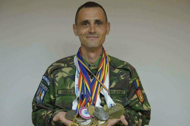 """REPORTAJ/ Un om cu o inimă uriașă! Povestea emoționantă a militarului care aleargă pentru a ajuta copii bolnavi: """"Ne dădeam încălțările de la unul la altul"""" (FOTO)"""