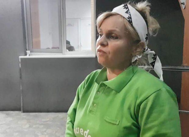 O fată de 13 ani s-a aruncat de la etaj, în Târgoviște. Imagine cu mama fetei