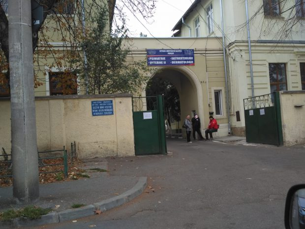 REPORTAJ: Același spital, secții răspândite în tot orașul. La Spitalul Județean Ploiești, pacienții sunt plimbați între secțiile unității, aflate la kilometri distanță unele de altele/ FOTO