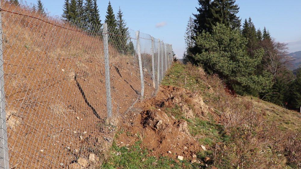 Bomba ecologică din Bucovina. 400.000 de tone de gunoaie se pot prăbuşi peste calea ferată