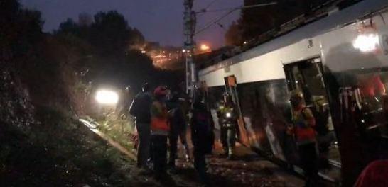 Un tren de pasageri a deraiat în apropiere de Barcelona!
