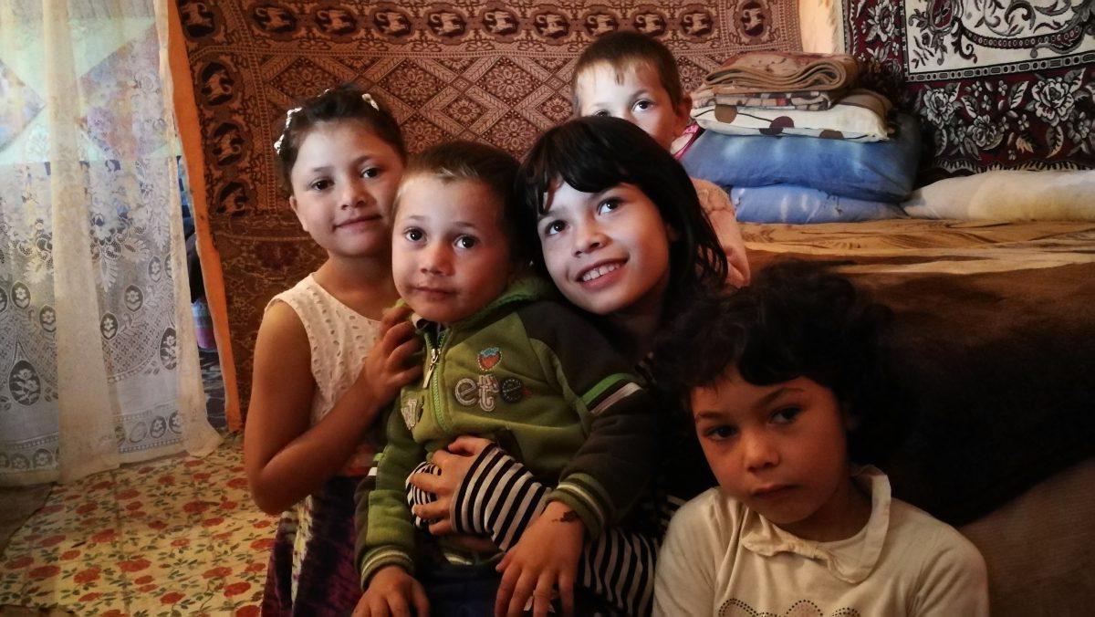 """VIDEOREPORTAJ/ Campania Libertatea """"Centenar Solidar"""" a început. Opt copii, o cameră, nici o jucărie, dar multe visuri"""
