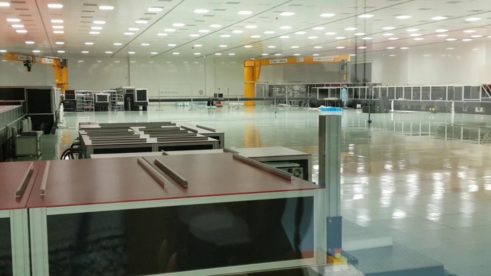 Camera laserelor este, practic, o hală uriaşă, de 2.000 de metri pătraţi, care are pe toate cele patru margini o serie de lupe şi oglinzi menite să transporte unda de lumină din punctul unde a fost generată în zona de impact