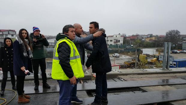 Jurnalişti bruscaţi şi somaţi să plece de pe şantierul A3, după ce ministrul a plecat, fiindcă au vrut să stea de vorbă cu muncitorii