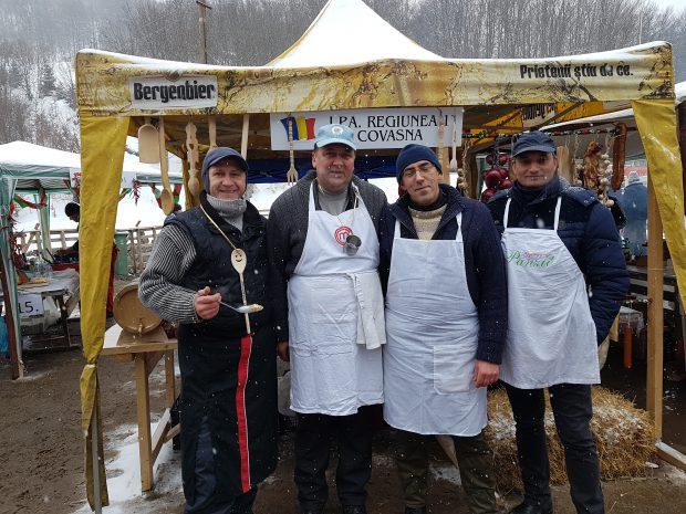 Polițiștii bucătari Cristian Pătrunjel și Valentin Banciu (de la stânga la dreapta) în timpul unui concurs național de gătit tradițional, alături de alți colegi de breasă