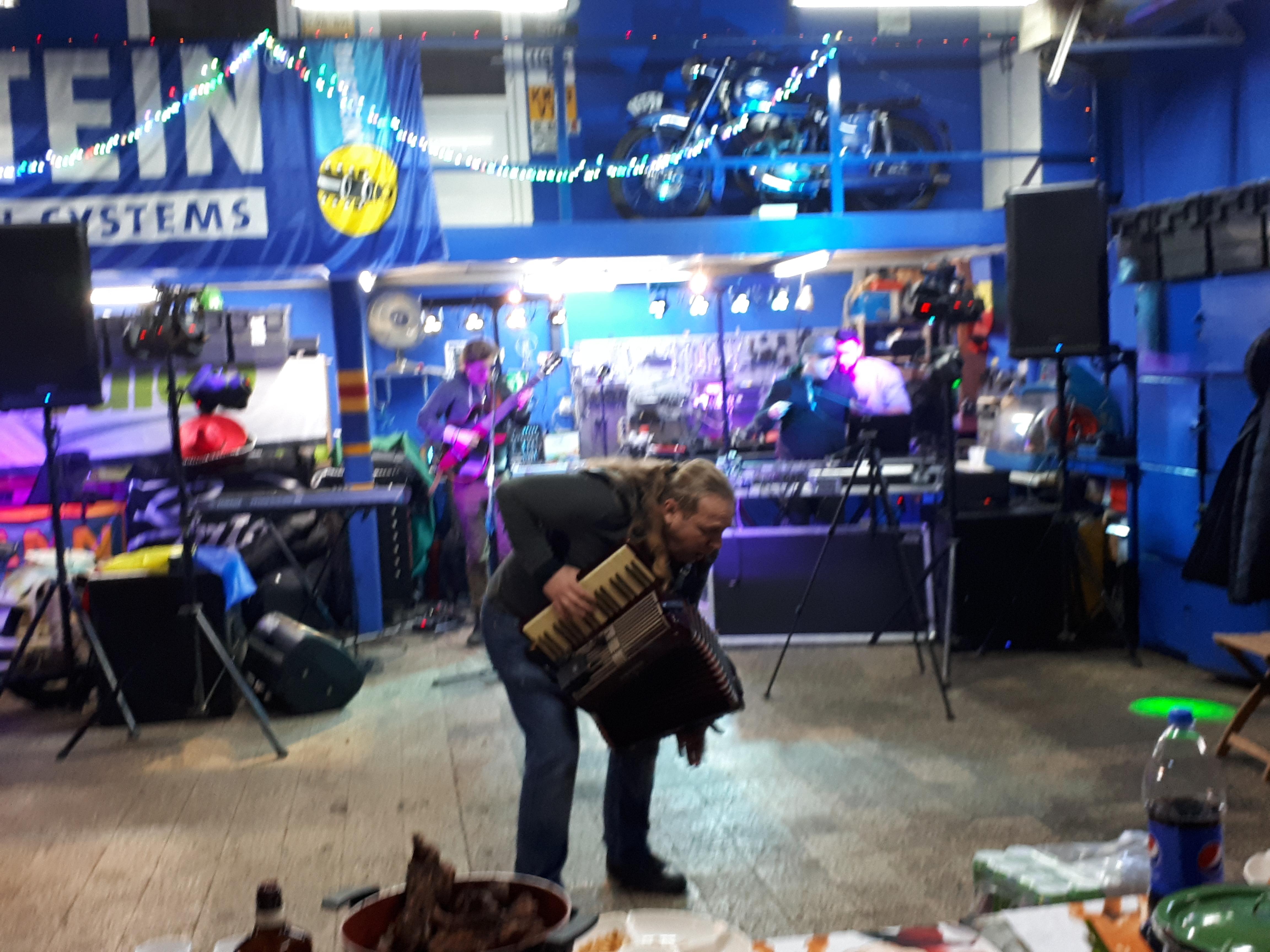 Vali Crăciunescu, SIR Blues Vali Răcilă și Dan Blueman au cântat aseară într-un service auto, printre motociclete recondiționate