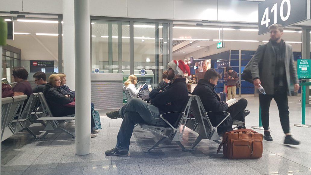 Crăciun în aeroport. Om care așteaptă