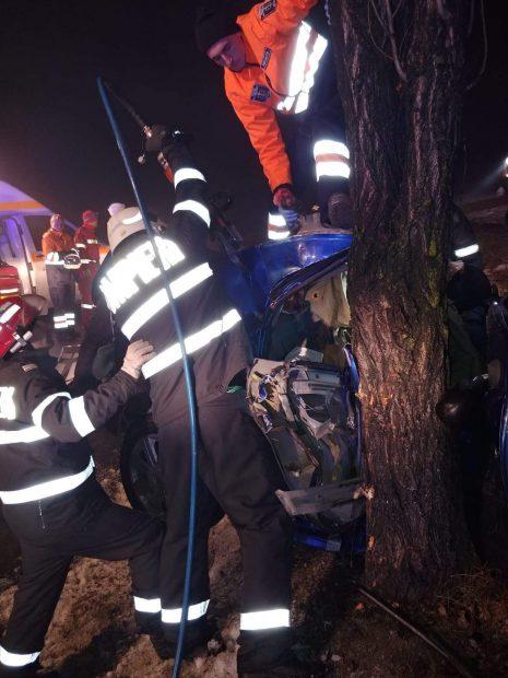"""Accident cumplit pe """"drumul morții"""" E85. Un om a murit pe loc, după ce mașina în care se afla s-a rupt în două! Imagini șocante de la fața locului"""