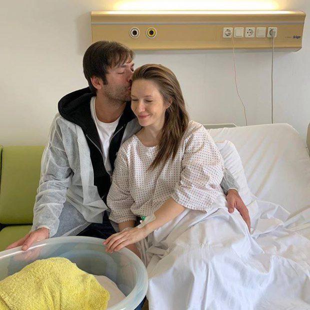 Adela Popescu a născut după cinci ore de travaliu