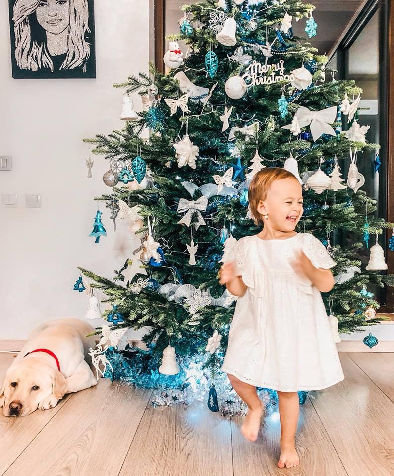 Fetița Andreei Bălan, reacție fabuloasă la împodobirea bradului de Crăciun. Te topește cu gingășia ei