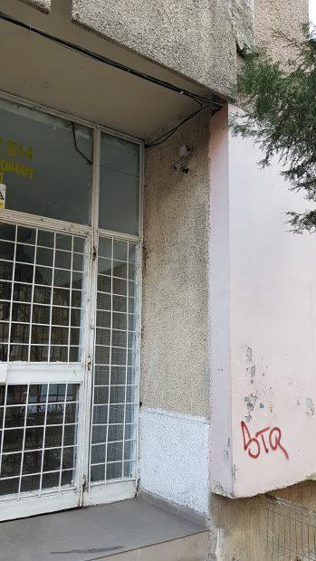 Bucătarul ucis în sectorul 2 din Bucureşti a fost înjunghiat în gât de cinci ori. Florin Frimu, bărbatul în vârstă de 38 de ani, găsit mort, marţi dimineaţă, într-o gardonieră închiriată pe Aleea Diham din Capitală.