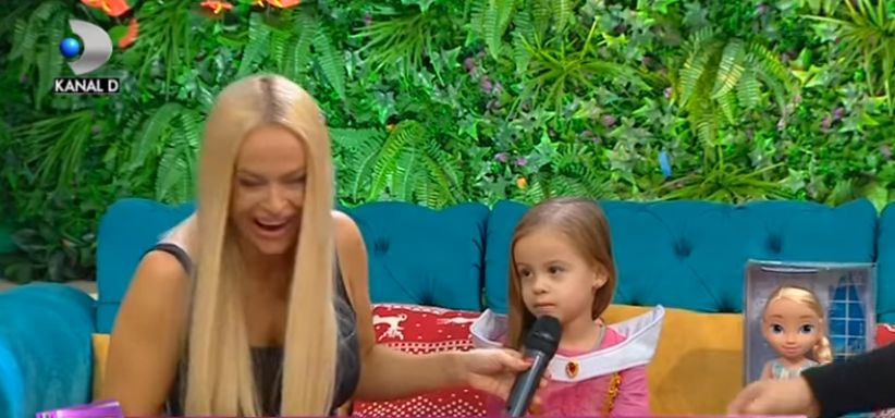 """Răspunsul fetiței Andei Adam când a fost întrebată: """"Unde o pupă tati pe mami?"""". A zis foarte clar"""