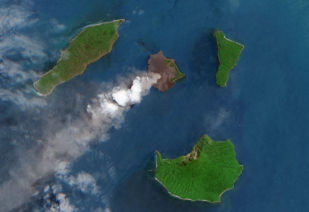 Imagini din satelit cu erupția vulcanului din Indonezia care a declanșat tsunamiul