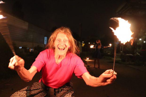 John, englezul inspirat de un dragon, care s-a mutat în România pentru a jongla cu focul