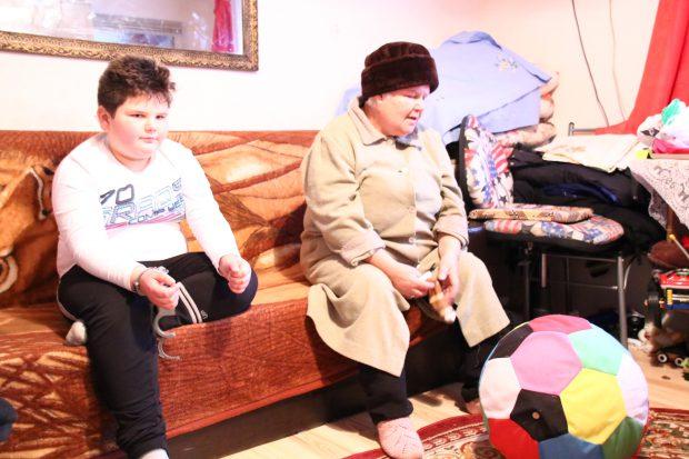 REPORTAJ/ Orfanii crescuți de bunica Tania, caz prezentat de Libertatea în septembrie, au fost vizitaţi de Moş Nicolae. Au primit în ghetuţe 50 de lei şi un lego