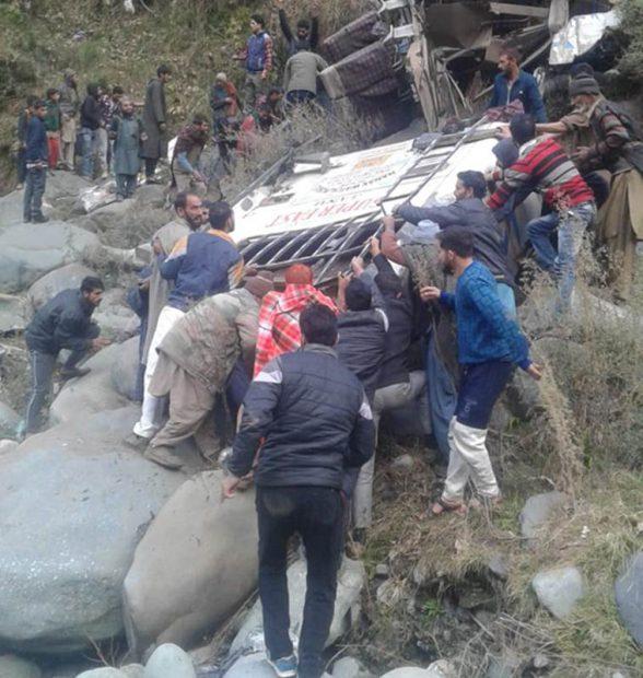 Salvatorii și martorii accidentului din India încearcă să ajute supraviețuitorii