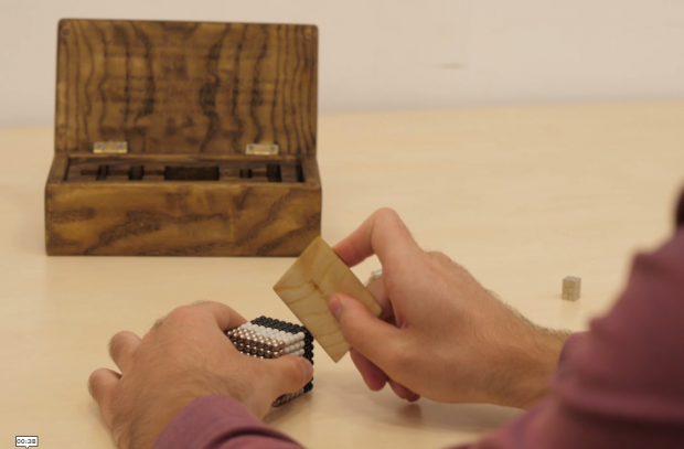 """VIDEO/Jucării pentru oameni mari și-o idee de cadou """"made in Romania"""": doi studenți vând magneți-antistres"""