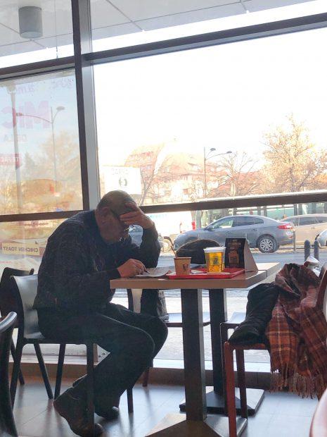Mitică Popescu rezolvă integrame din Libertatea la cafea! Marele actor a descoperit combinația perfectă pentru o dimineață frumoasă