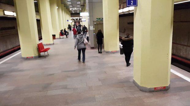 Criminala de la metrou merge la biserică, călătorii stau tot pe buza peronului... A trecut un an de la atacul soldat cu moartea unei tinere. Magdalena Șerban își așteaptă sentința definitivă, bucureștenii au uitat de pericol, iar nenorocirea se poate repeta oricând.