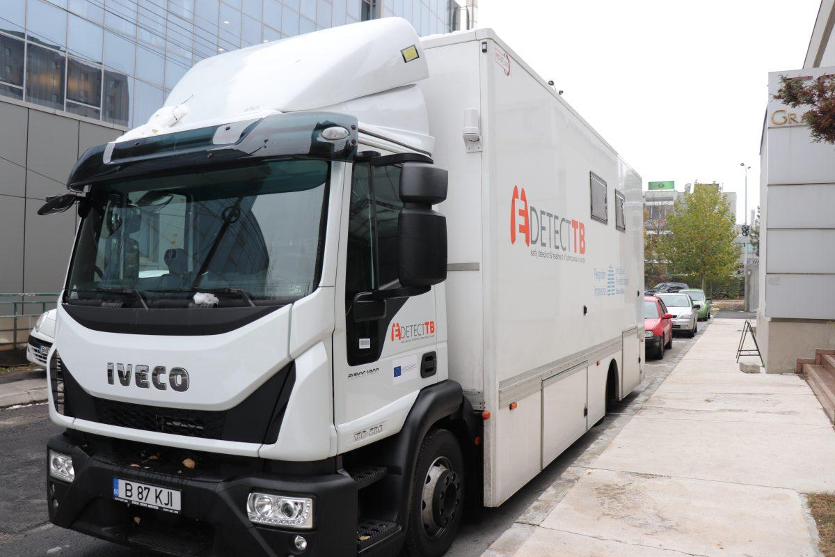 În interiorul celui mai modern laborator mobil din România: Caravana de 430.000 de euro care vrea să eradicheze tuberculoza