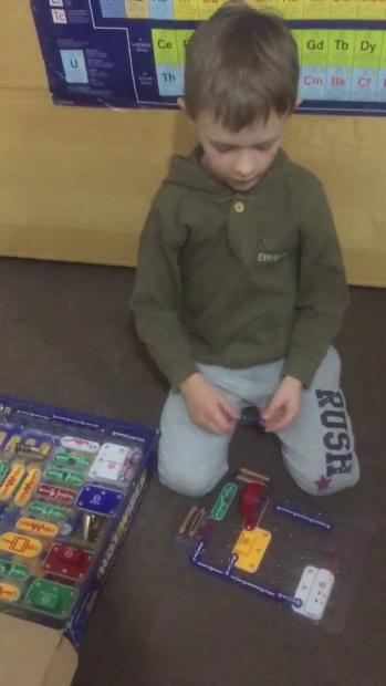 VIDEO | Robert Zicman, copilul genial al României, construieşte un radio în 90 de secunde. Tocmai a împlinit 7 ani!