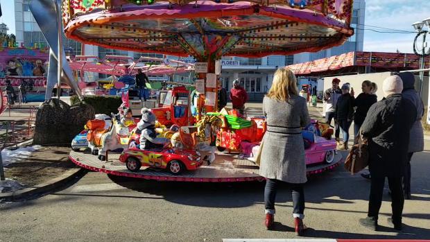 """VIDEO   A doua zi de Crăciun, la patinoar sau în parc: """"Era prea frumos să stăm în casă""""!"""