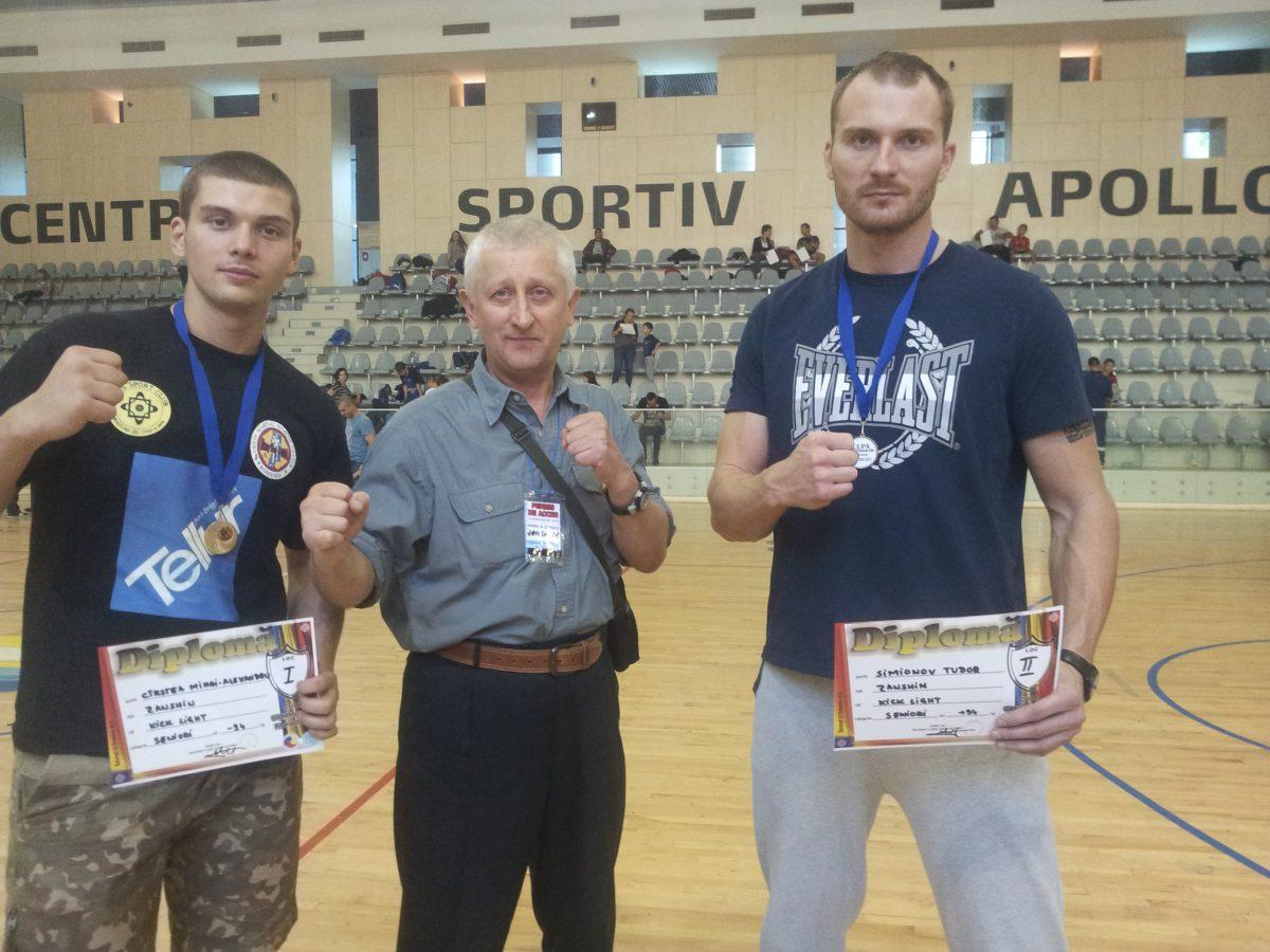 Tudor Simionov (dreapta), alături de antrenorul Nicu Căpușneac (centru)