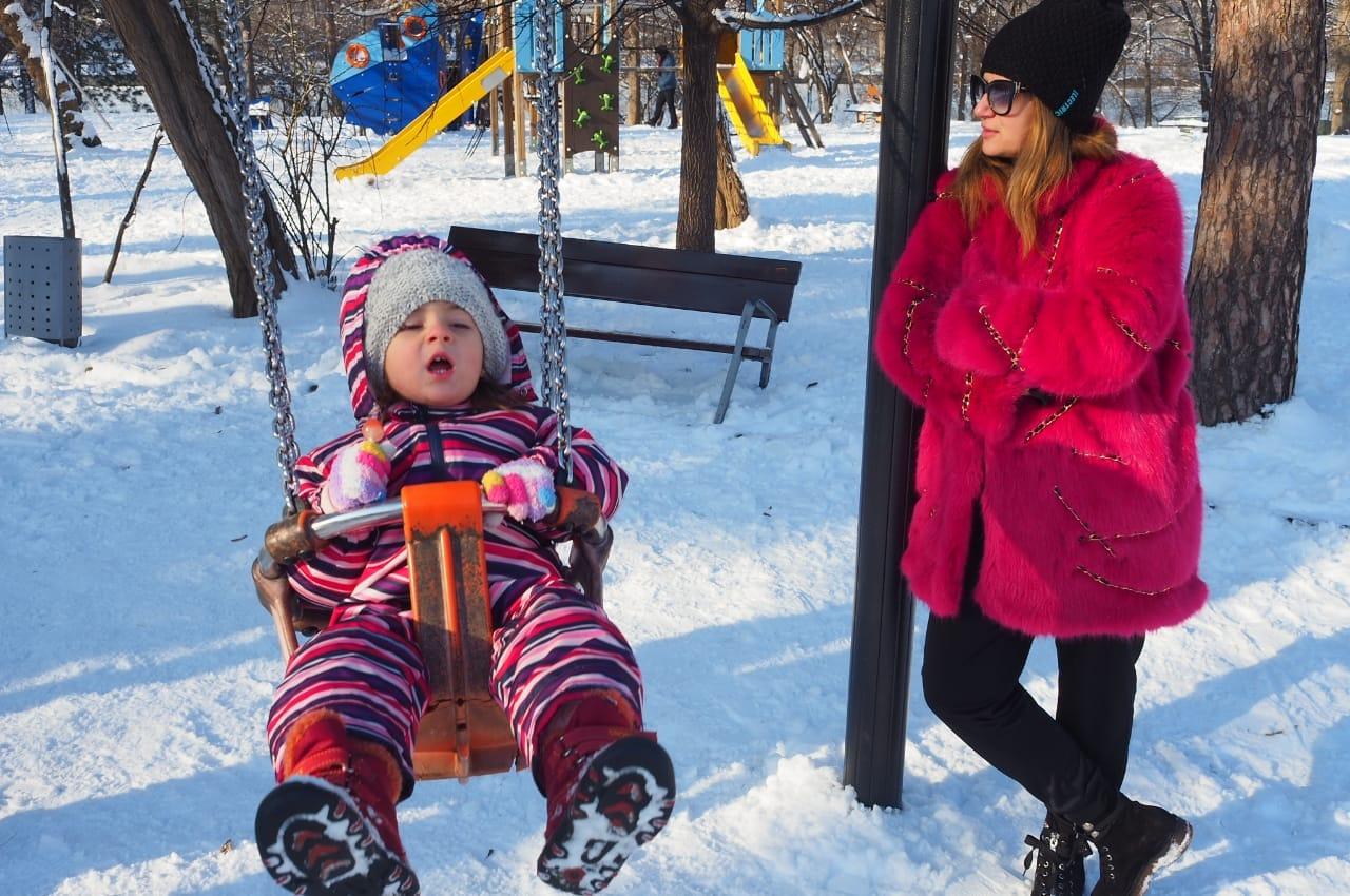 Amalia Enache a dat fuga cu fetița ei la doctor