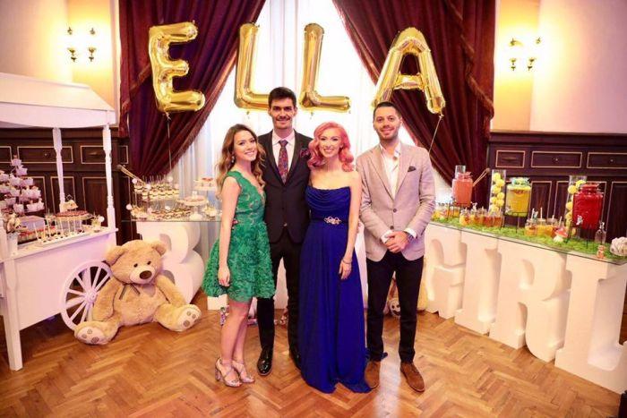 Andreea Bălan și George Burcea, alături de nași fetiței lor, Ella