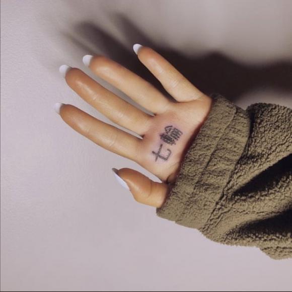 Mesajul greșit pe care și l-a tatuat Ariana Grande pe mână. Ce a vrut să scrie și ce a ieșit