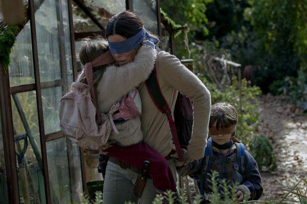 """Cronică de film: """"Bird Box"""", thrillerul care îi face pe șoferi să conducă legați la ochi"""