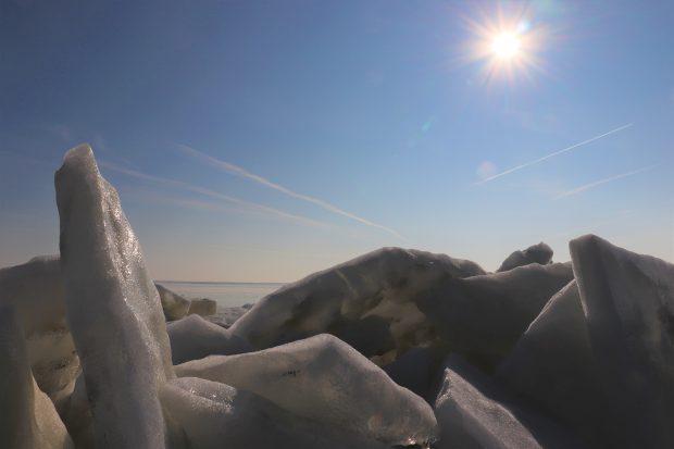 FOTO & VIDEO/ Iarnă de poveste în Delta Dunării. Imagini spectaculoase cu lacul care a devenit un imens patinoar!