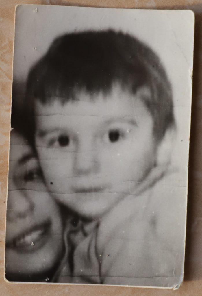 """VIDEO / De 45 de ani își caută fiul pierdut! Cel mai vechi caz de copil dispărut din România: """"Mi-am cântărit merele. Când m-am întors, nu mai era"""", își amintește mama lui Țiți"""
