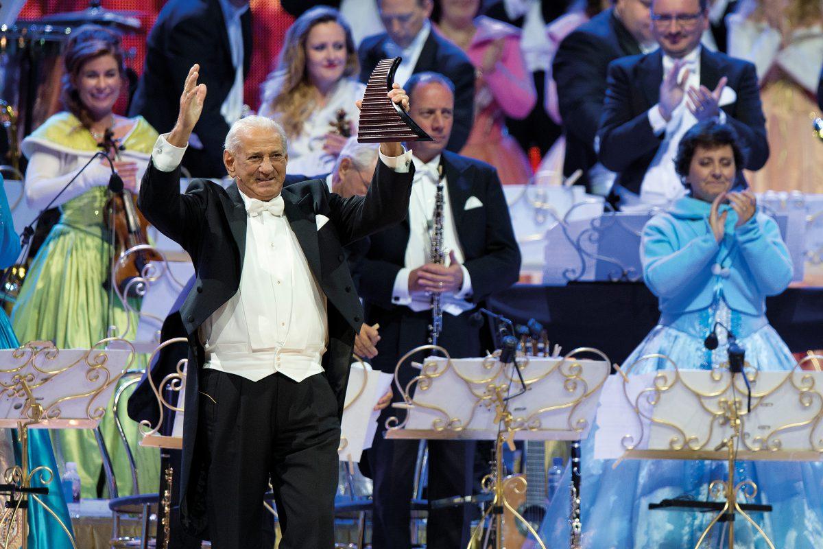 Naistul Gheorghe Zamfir, într-un concert al lui Andre Rieu