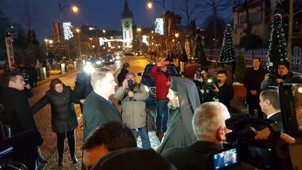 """VIDEO&FOTO/ Iohannis, primit cu urale la Iași: """"Fiți mai ferm, domnule președinte! Vrem autostrăzi, nu borfași pe străzi"""""""